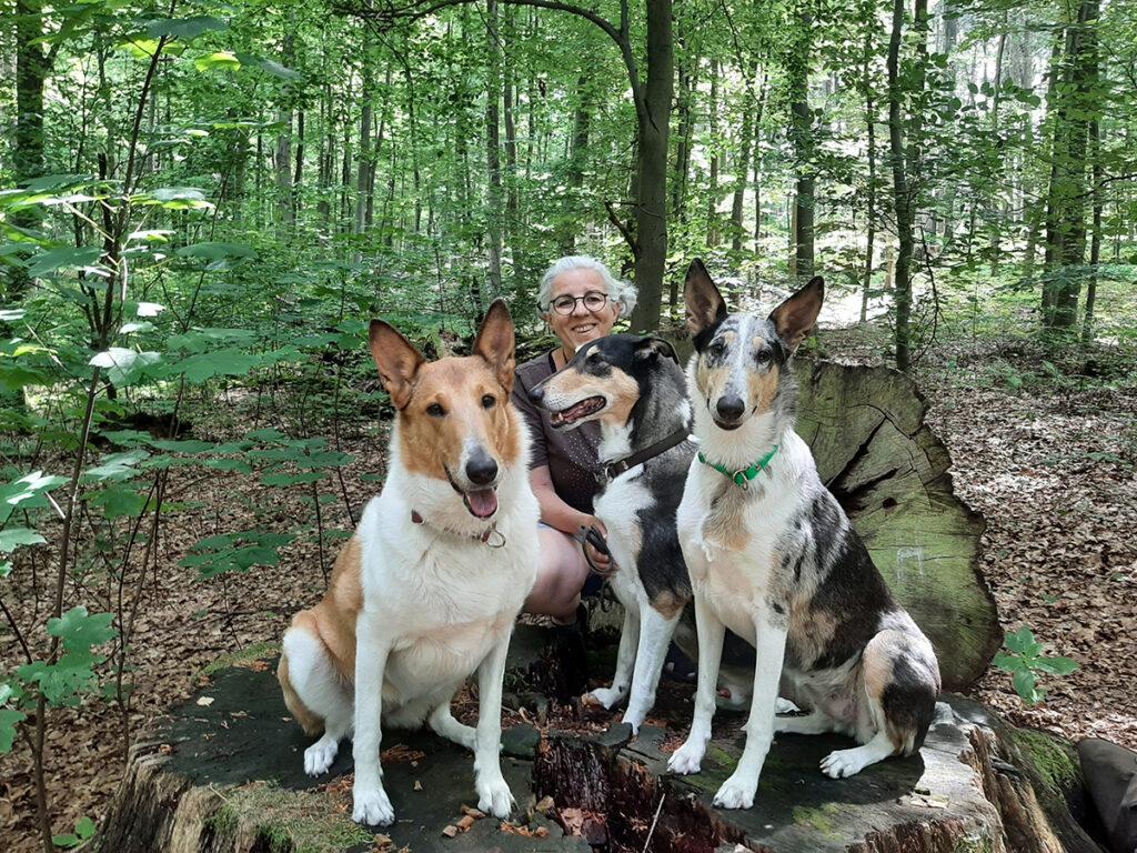 Foto: Ulla Viering und Collies im Wald